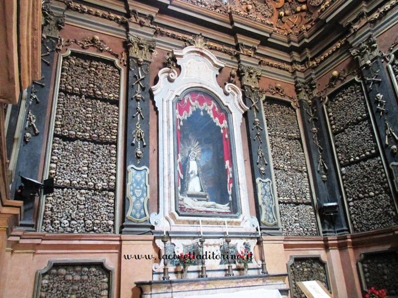 L'altare dell'Ossario con la statua della Vergine Addolorata (1750 circa, Gerolamo Cattaneo)