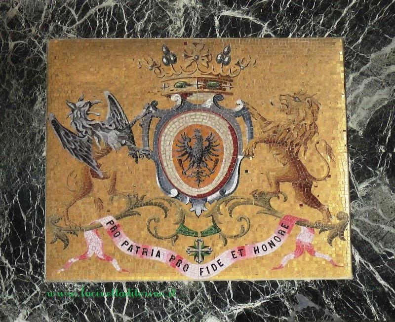 Mosaico con lo stemma araldico dei Tornielli di Crestvolant, Cimitero Monumentale di Torino.