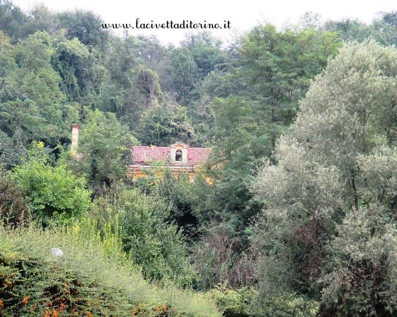La villa nascosta dal verde della Valle Grande di Mongreno