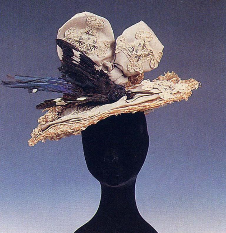 Cappello con uccello del paradiso e decorazioni a merletti. Fine XIX- inizi XX sec. Palermo, collezione Piraino. Immagine tratta dal sito: www.geometriefluide.com