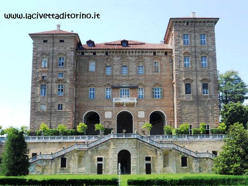 Il castello di Aglié, nel Canavese, fu di proprietà dei San Martino fino al 1763, quando passò nelle mani dei Savoia. Fu Filippo a far affrescare il meraviglioso Salone da Ballo.