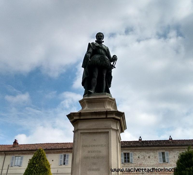Il monumento a Carlo Emanuele I nel piazzale antistante l'ingresso del santuario. Fu realizzato nel 1891 da uno scultore che chi bazzica il Cimitero Monumentale di Torino conosce molto bene: Pietro Della Vedova!