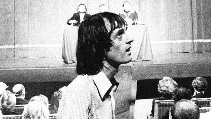 Dario Argento nel 1975 sul set di Profondo Rosso, mentre si sta girando la scena della medium nel Teatro Carignano. Photo by: La Stampa del 23 marzo 2014