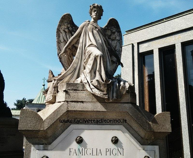 L'angelo custode del sepolcro sulla tomba Pigni al Cimitero Monumentale di Milano