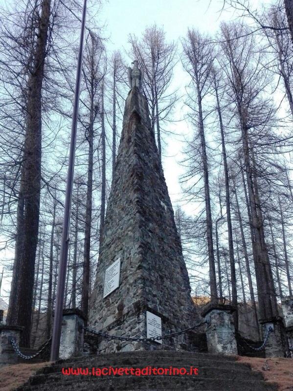 Il monumento del 1915 ai caduti realizzato dallo scultore tirolese Othmar Schrott-Vorst (1883-1963)