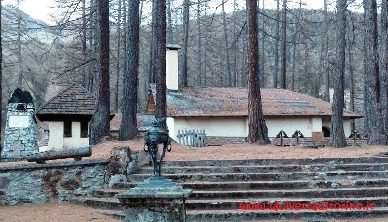 Il dosso San Rocco con la chiesetta e intorno le tombe dei soldati