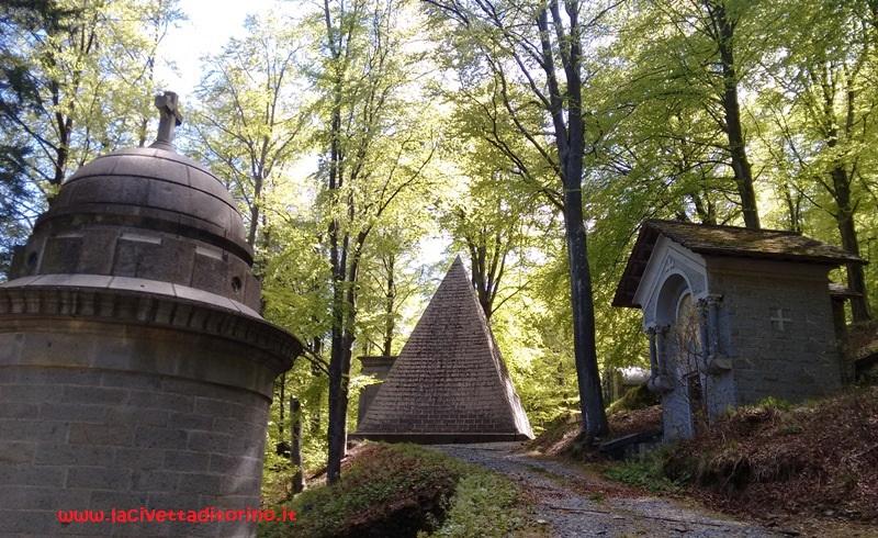 La piramide di Quintino Sella (1827 - 1884), edificata nel 1884, si ispira a quella di Caio Cestio nel Cimitero Acattolico di Roma e ha a sua volta ispirato la piramide Vogel al Cimitero Monumentale di Milano.