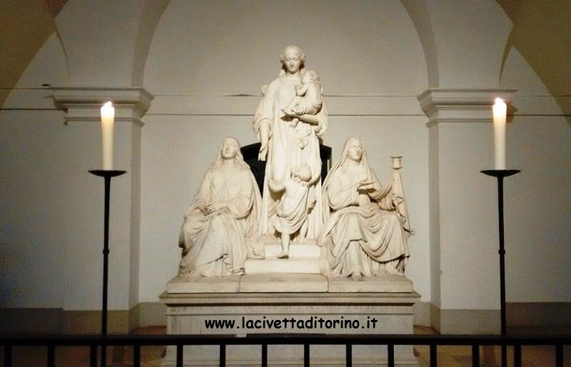 L'unico gruppo scultoreo che orna la cripta di Berlino. Sono raffigurate le allegorie delle tre virtù teologali. Da sinistra: Speranza, Carità e Fede.