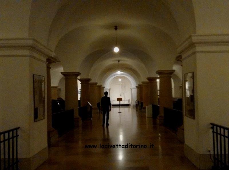 Il corridoio centrale della cripta con il Cavalier Servente fuggiasco.